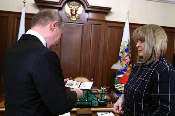 持证上岗!俄中选委主席正式向普京颁发总统证