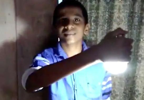 超能力?印度一男孩身体触碰灯泡能将其点亮