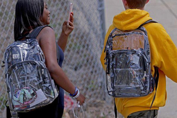 美国佛州枪击案后 学生被要求背透明书包上学