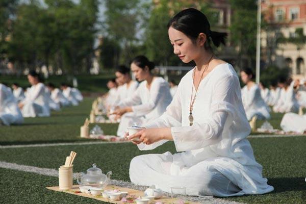 四川千名学生展示茶艺传承国粹 古韵十足