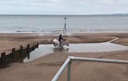 英国一骑手沙滩勒马飞奔却惨摔大水坑
