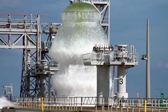 火箭发射架洒水喷头测试 1700吨水瞬间喷涌而出