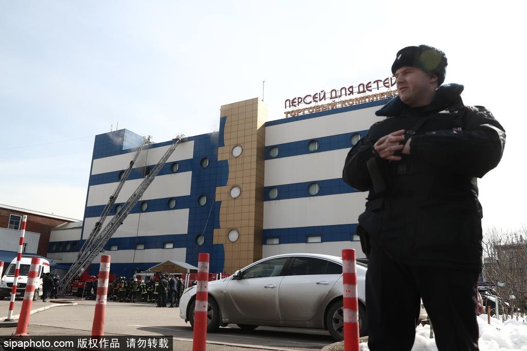 俄一购物中心发生火灾 消防员紧急出动灭火
