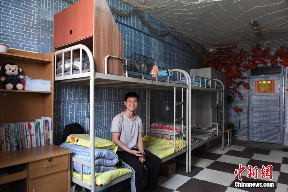 甘肃一高校学生DIY打造个性宿舍