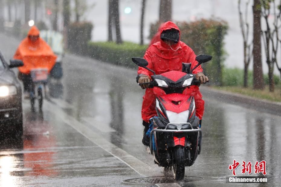北京气温骤降 迎来雨夹雪