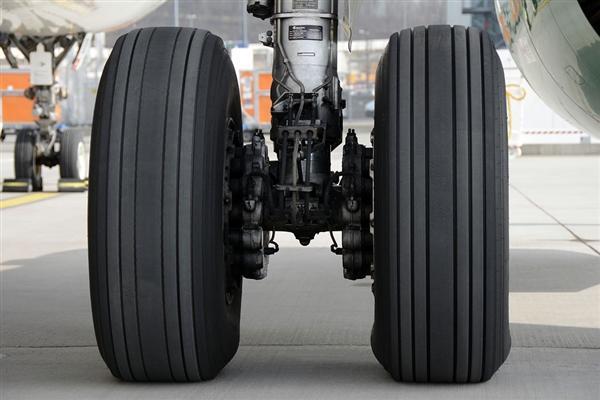 飞机降落时为什么后轮先着地?终于知道真相