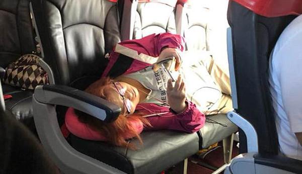 经济舱女乘客霸占商务席遭其他乘客斥责