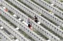 新加坡华人前往墓园悼念亲人