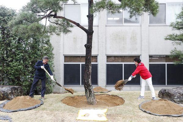 文在寅偕夫人参加植树活动 树下合照甜蜜蜜