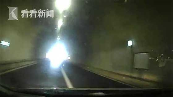 男子驾车失控撞隧道 两亲属没系安全带被甩出身亡
