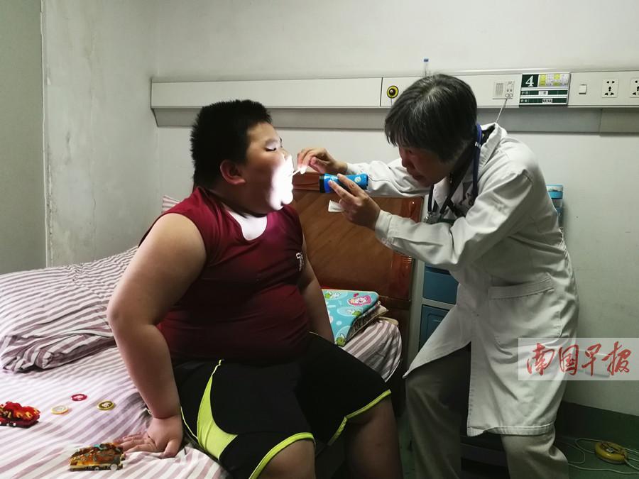 广西10岁男孩体重近200斤 睡一觉暂停呼吸上千次