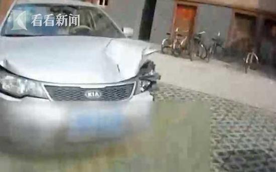 女司机酒驾连撞路边三辆车 撒泼疯咬特勤被拘