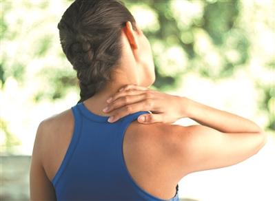 嗜烟酒和浓茶易骨质疏松 跟专家学做脊椎健康操