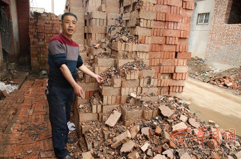 """村民盖房子买到""""豆腐砖""""一捏就碎:脆得像酥饼"""