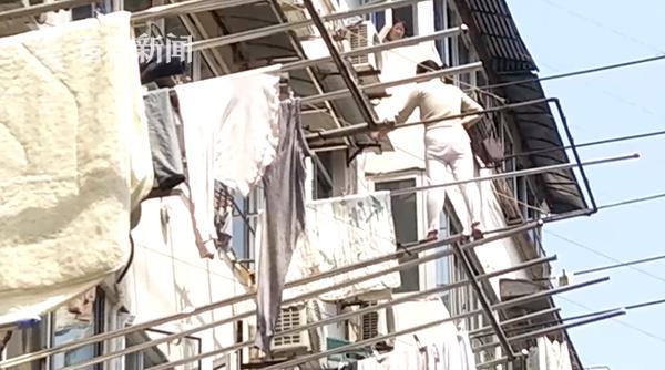 女子在4楼晾衣杆上足足站了9小时 楼上大妈看蒙了