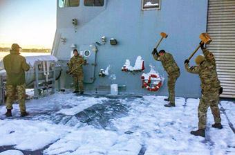 """丹麦军舰冬天被冻成""""冰棍"""" 舰员抡大锤砸舰"""