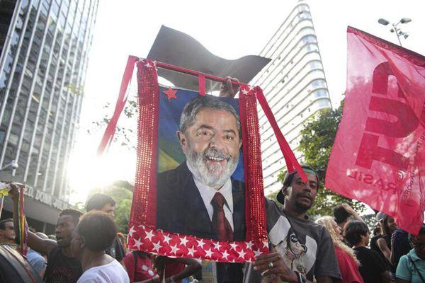 """卢拉被要求24小时内入狱服刑 各地支持者举行""""保卫卢拉"""""""