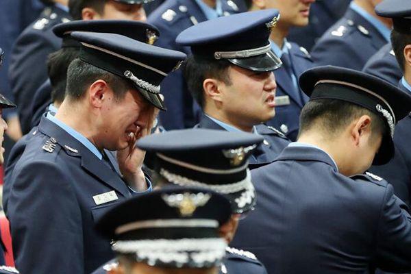 韩F-15K战机坠机遇难飞行员葬礼举行 战友送行悲痛不已