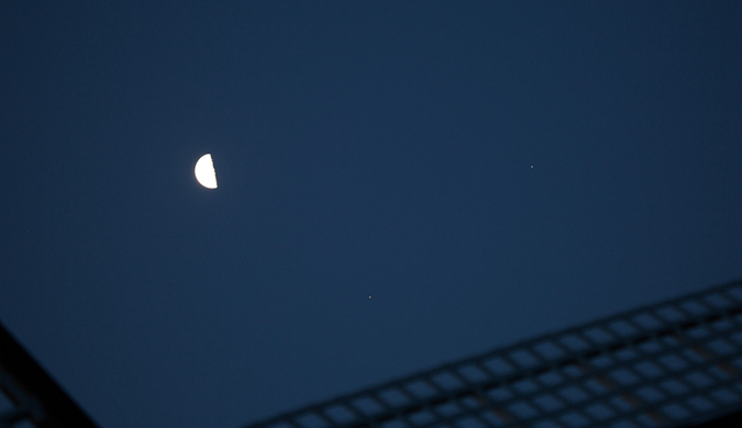 """围观!天际上演""""双星会月""""天文现象"""