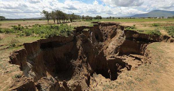"""肯尼亚一小镇地面开裂 东非大裂谷再添""""裂痕"""""""