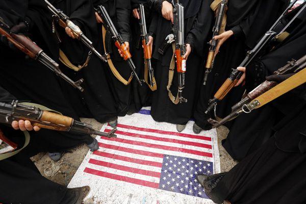 也门女性带娃持枪游行 围踩美国国旗抗议持续战乱