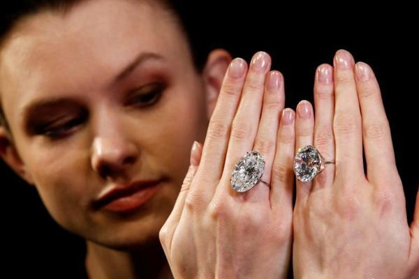 英国将拍卖2颗白钻 总重量超过100克拉