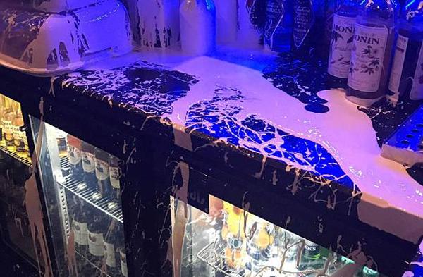 英国一酒吧遭两男子无故泼油漆突袭
