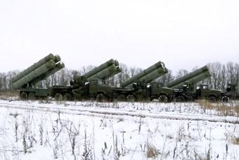 俄军防空导弹部队火力全开 实拍S400连续发射