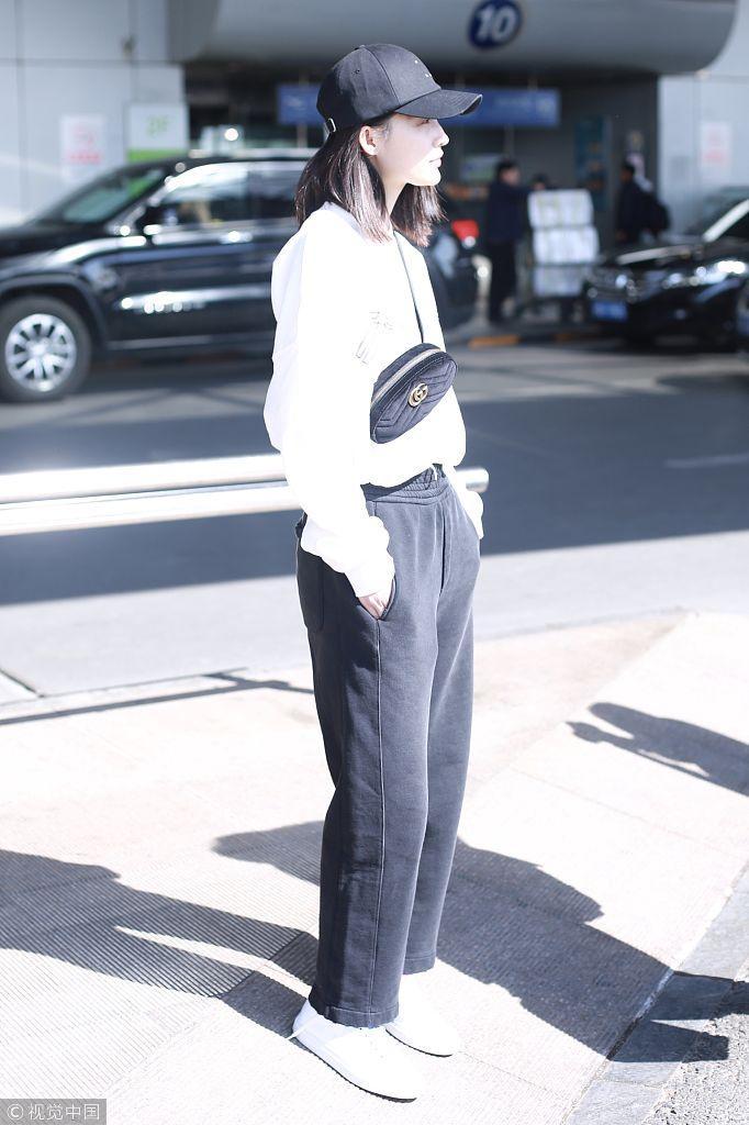 李沁斜挎潮包黑白休闲风大秀时尚感