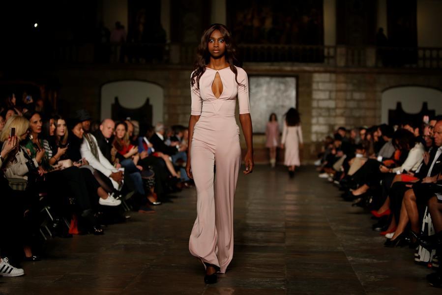 里斯本:设计师法蒂玛·洛佩斯时装秀