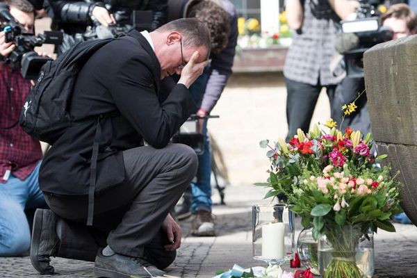 德国货车冲撞人群致20余人死伤 民众献花哀悼