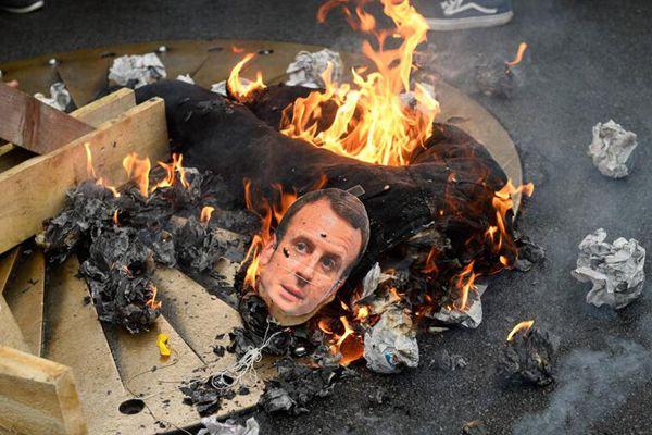 """法国民众抗议政府改革 焚烧总统""""马克龙"""""""
