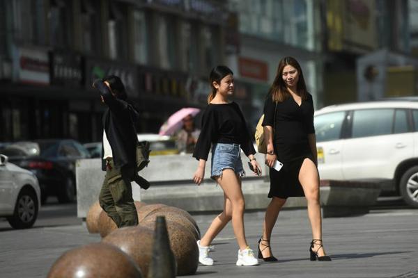 重庆主城区气温飙升逼近30℃ 民众着装清凉出行
