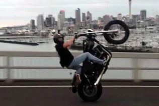 厉害了!新西兰摩托车手前轮离地通过海港大桥