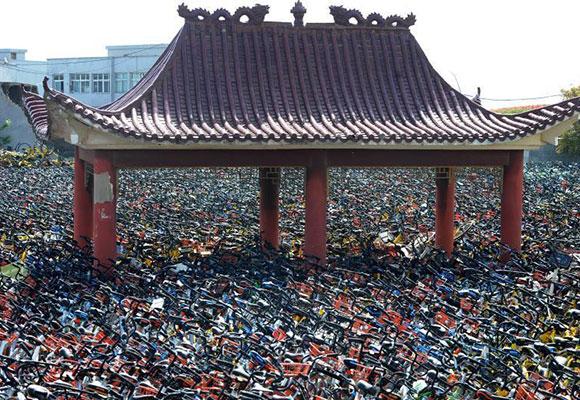 """武汉一空地上堆满共享单车 凉亭变""""孤岛"""""""