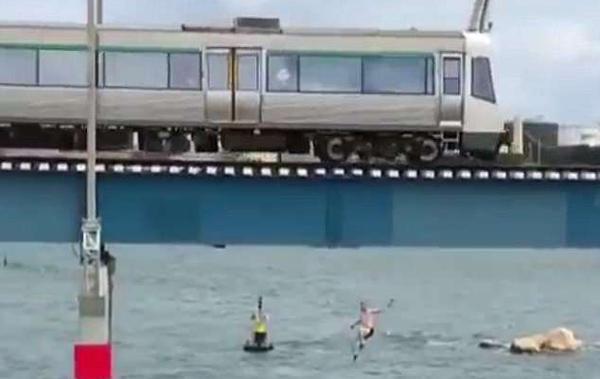 """澳男子冒险""""火车冲浪"""" 跳入水中险撞上桥墩"""