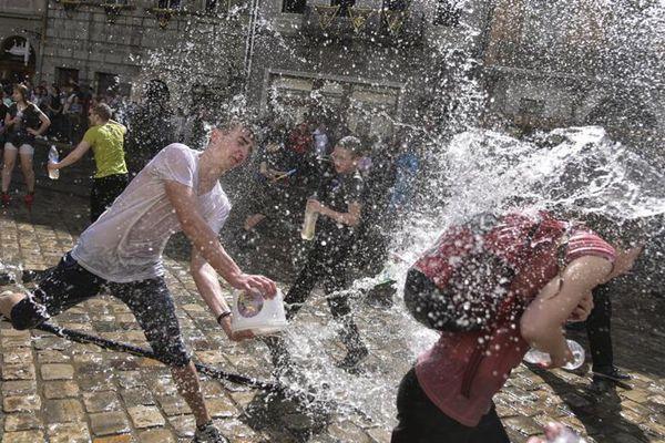 乌克兰利沃夫举行泼水节 民众街头玩嗨了