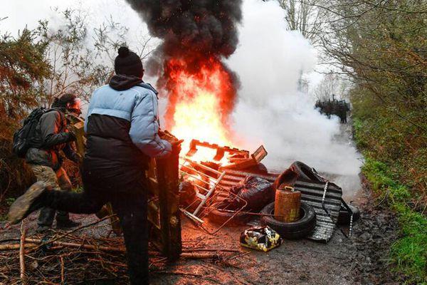 法国警察驱逐占据新机场用地示威者 遭抵抗发生激烈冲突