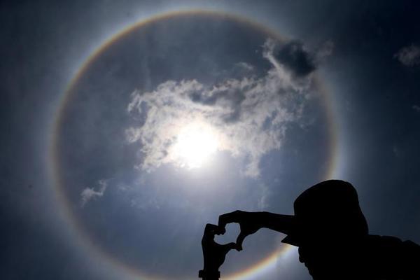 昆明天空现日晕景观 硕大光圈包裹太阳