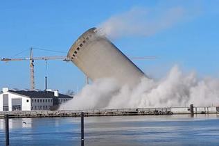爆破出意外!丹麦废弃建筑爆破失误砸向房屋