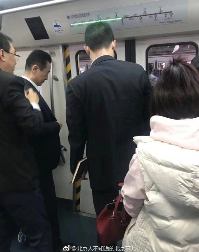 网友北京地铁偶遇王健林 :终于和首富同款座驾