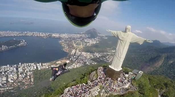 美翼装飞行运动员飞越巴西基督雕像