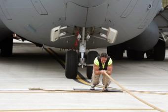 男子神力附体 轻松拖走一架美军C-17运输机