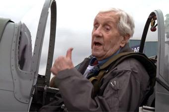 英国皇家空军百年庆典 96岁老兵驾战机再上蓝天