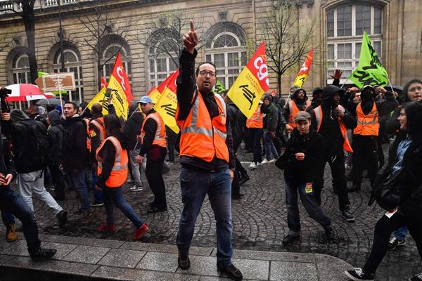 法国巴黎铁路工人抗议 示威者与防暴警察对峙