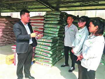 年轻人在农村大施拳脚:无人机管农田 直播网卖蔬菜