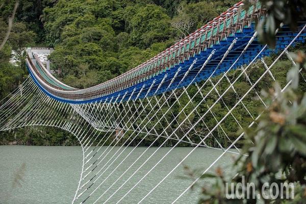 """""""台北101桃园303"""" 全台最长悬索桥假日期间人满为患"""