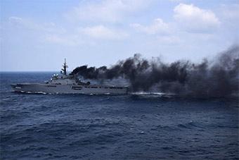 美日两栖舰东海并排航行 日舰冒浓烟污染环境