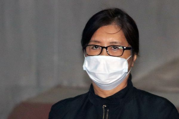 朴槿惠闺蜜崔顺实出庭受审 口罩遮脸油光满面