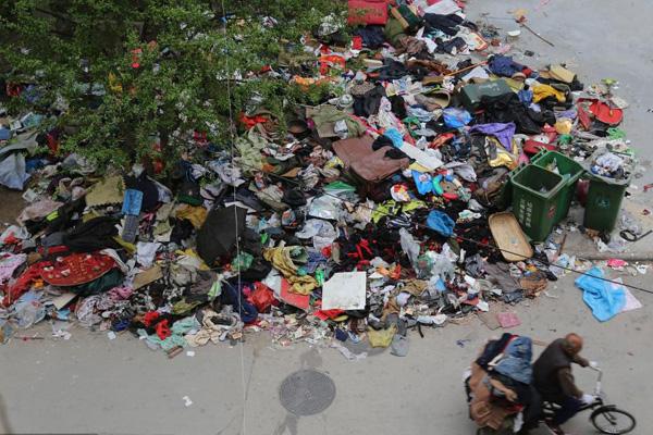 老人10年捡数吨废品 女儿趁其住院全部扔掉